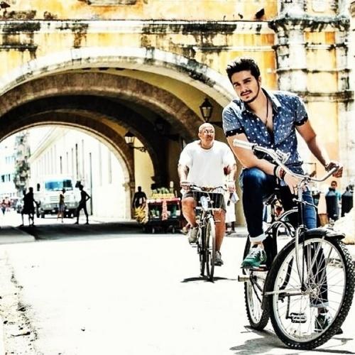 """9.jun.2014 - Luan Santana, que está em Cuba, postou uma foto na qual aparece andando de bicicleta no país. """"Cuba! Lugar lindo demaaais! Em breve novidade pra vocês"""", disse o sertanejo, fazendo mistério"""