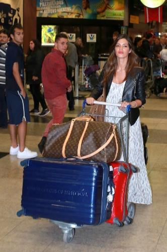 9.jun.2014 - Sara Carbonero, namorada do jogador de futebol Iker Casillas chega ao aeroporto de Curitiba