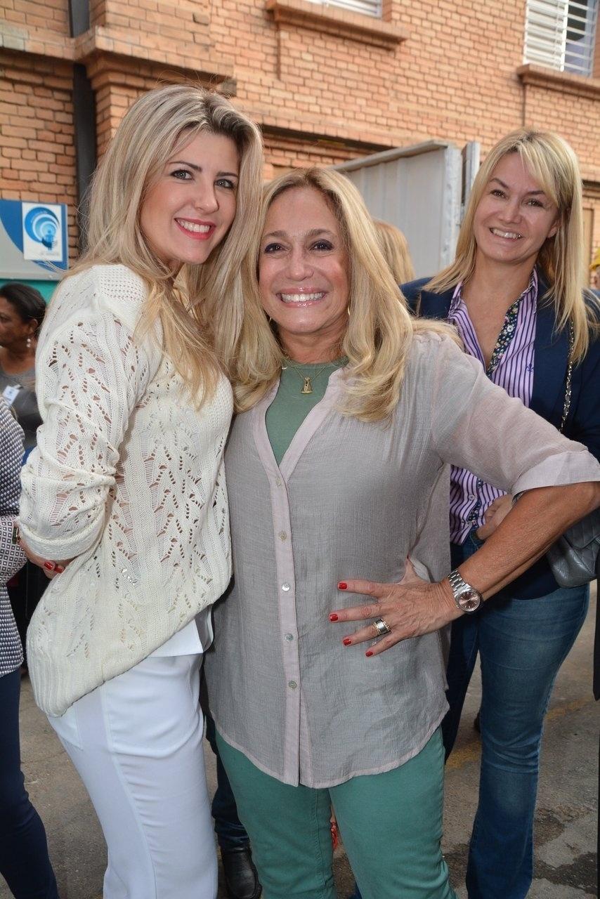 9.jun.2014 - Susana Vieira e Íris Stefanelli se encontraram durante evento beneficente em São Paulo e fizeram questão de posar juntas para foto
