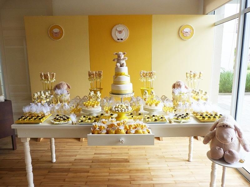 Para comemorar o batizado de um menino e de uma menina, a empresa Scrap Encanto (scrapencanto.com.br) elegeu a cor amarela e a ovelha como tema. Inspire-se a seguir na decoração da festa | Do UOL, em São Paulo