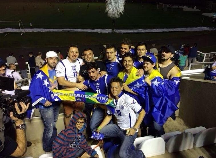 """Marcelo Adnet assistiu ao amistoso entre Bósnia e o time sub-20 do Santos, no Guarujá (SP). Após a partida, o humorista tirou foto com os torcedores e escreveu um post em bósnio seu Twitter. """"Vocês são o orgulho do país"""", falou o apresentador. Adnet já afirmou que irá torcer pela Bósnia nesta Copa do Mundo. Ele diz que é apaixonado pelo país"""