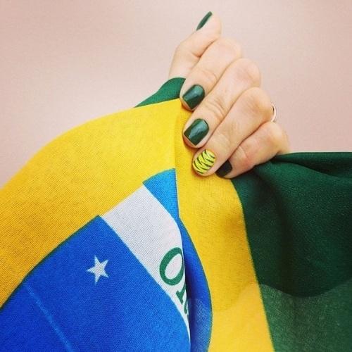 "10.jun.2014 - A cantora Kelly Key já está em ritmo de Copa do Mundo, com as unhas das cores da bandeira do Brasil: ""#VaiBrasil #Hexacampeao"", escreveu"