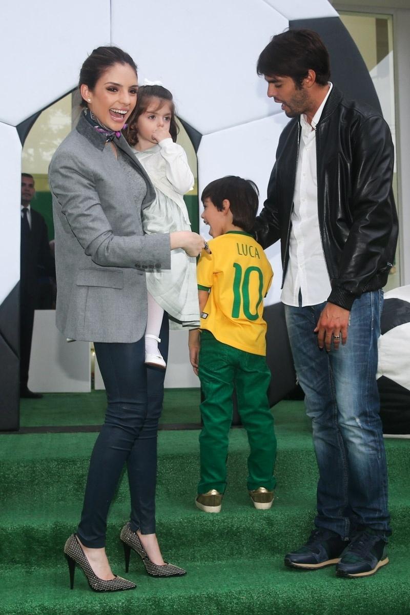 10.jun.2014 - Em meio a boatos de separação, Carol Celico e Kaká posam junto com os filhos Luca, que completa 6 anos, e Isabella, de 3 anos, na festa do primogênito em um buffet de São Paulo