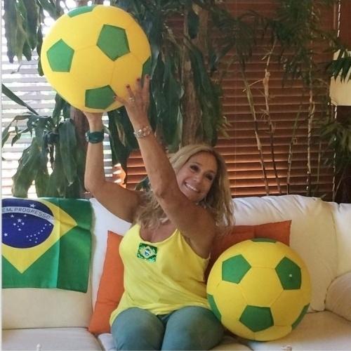 10.jun.2014 - Susana Vieira veste camisa e decora a casa para a Copa do Mundo
