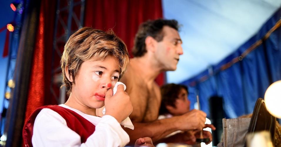 5.jun.2014 - O ator Domingos Montagner e o ator-mirim Tomás Sampaio se maquiam nos bastidores do circo Zanni, em São Paulo. A nova temporada de espetáculos deve estrear em São Paulo em setembro