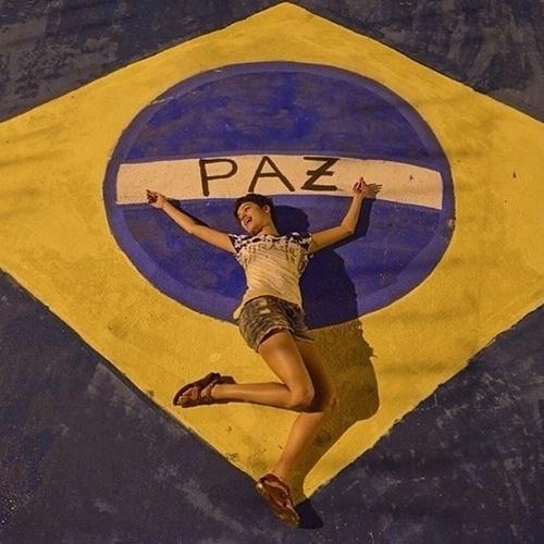 """9.jun.2014 - Em clima de Copa do Mundo, Sophie Charlotte deita em bandeira do Brasil pintada em rua. """"Pra frente Brasil! #pintandonikitipracopa #famíliaunida #domingo"""", escreveu a atriz ao compartilhar a imagem"""