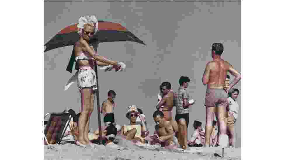 A praia de Coney Island é o cenário de uma série de fotografias feitas por Aaron Rose ao longo de três verões, no anos 1960 - Aaron Rose Courtesy Museum of the City of New York