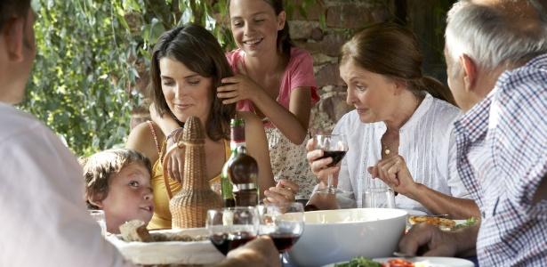 Procure fazer pelo menos uma refeição diária com a família toda junta - Getty Images