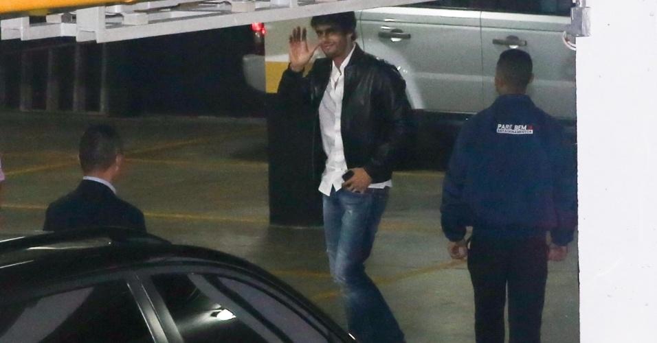 Kaká chega sozinho e acena ao chegar para o aniversário do filho que tem o tema Copa do Mundo no Brasil em um buffet infantil de São Paulo