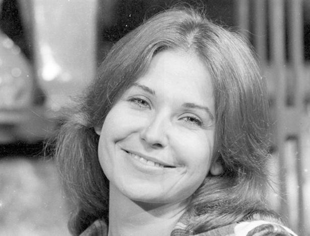 """O estilo da personagem Carminha (Pepita Rodrigues), que usava calça jeans, camisa e colete masculinos na novela """"Dancin' Days"""" virou moda em 1978"""