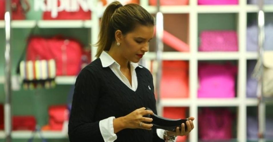 10.jun.2014 - Com anel na mão direita, Mariana Rios faz compras no Rio de Janeiro