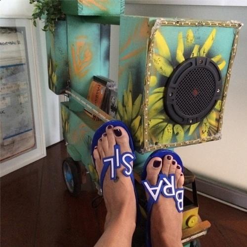 11.jun.2014 - Astrid Fontenelle mostra seu chinelo do Brasil
