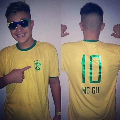 """11.jun.2014 - Com camiseta da seleção e óculos, MC Gui escreve: """"Brasil terra do futebol, a copa é nossa seleção brasileira é melhor"""""""