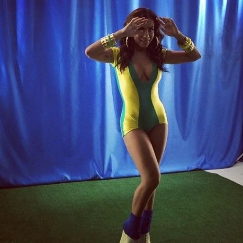 11.jun.2014 - Com maiô das cores do Brasil, Anitta mostra os bastidores de gravação