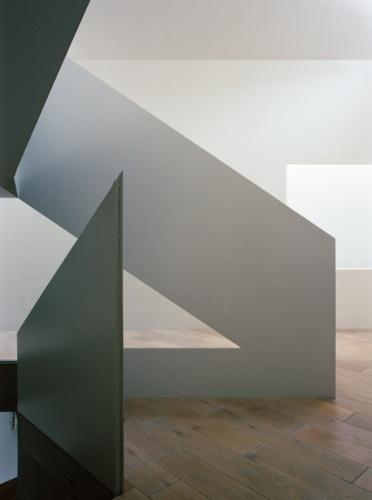 A circulação vertical, desde a galeria de entrada até o segundo andar (terceiro pavimento) se dá por lances de escadas. A partir do primeiro andar, o guarda-corpo desenhado pelo arquiteto Tsuyoshi Ando é executado em chapas de aço que levam pintura esmaltada. Sua geometria é reta e sóbria, resumindo o próprio conceito arquitetônico da CasaTN, que fica em Tóquio, no Japão