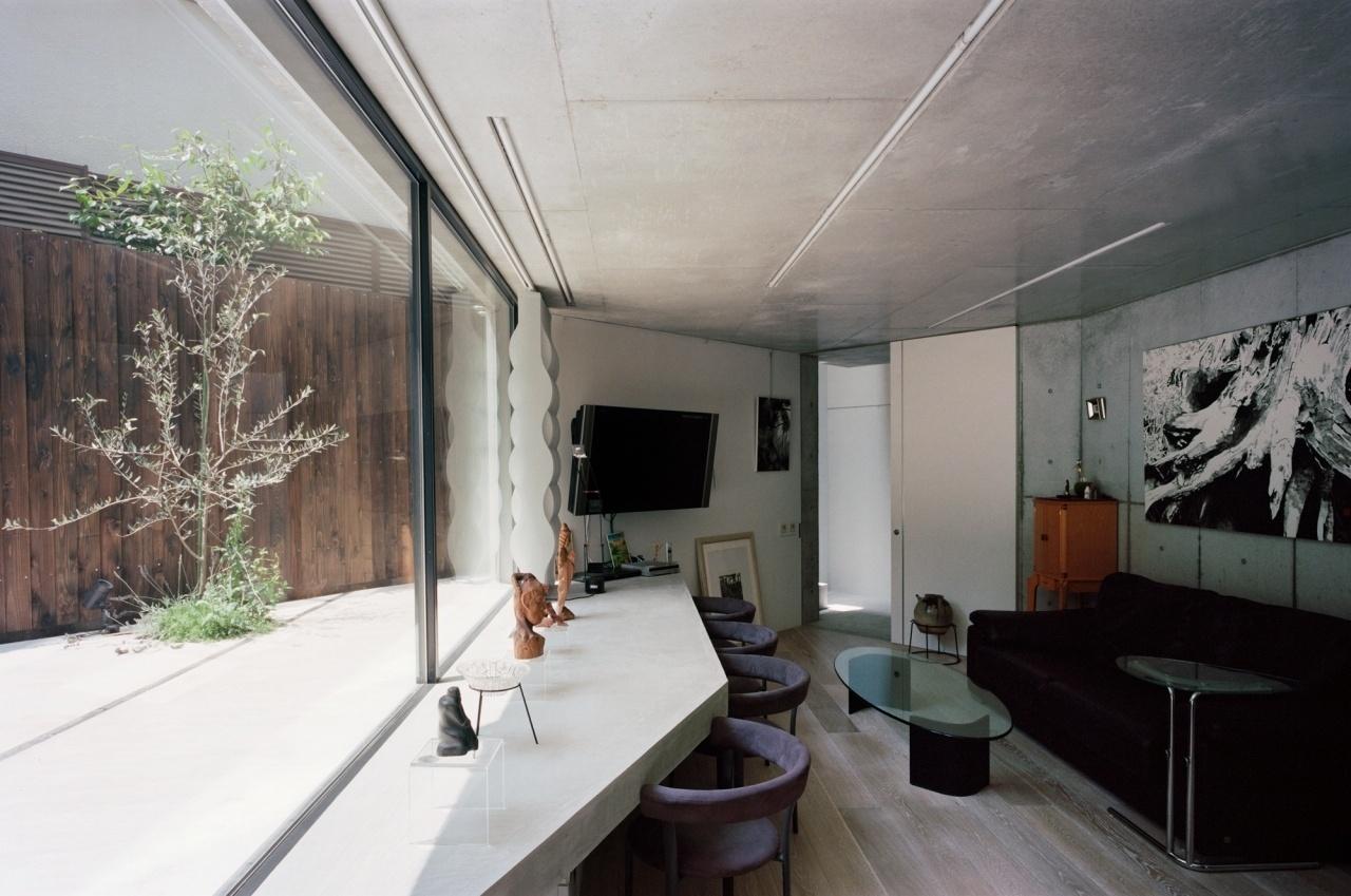 A mesa de jantar também é estruturada em concreto e se volta para o quintal. Todo o design da Casa TN foi pensado pelo arquiteto japonês Tsuyoshi Ando