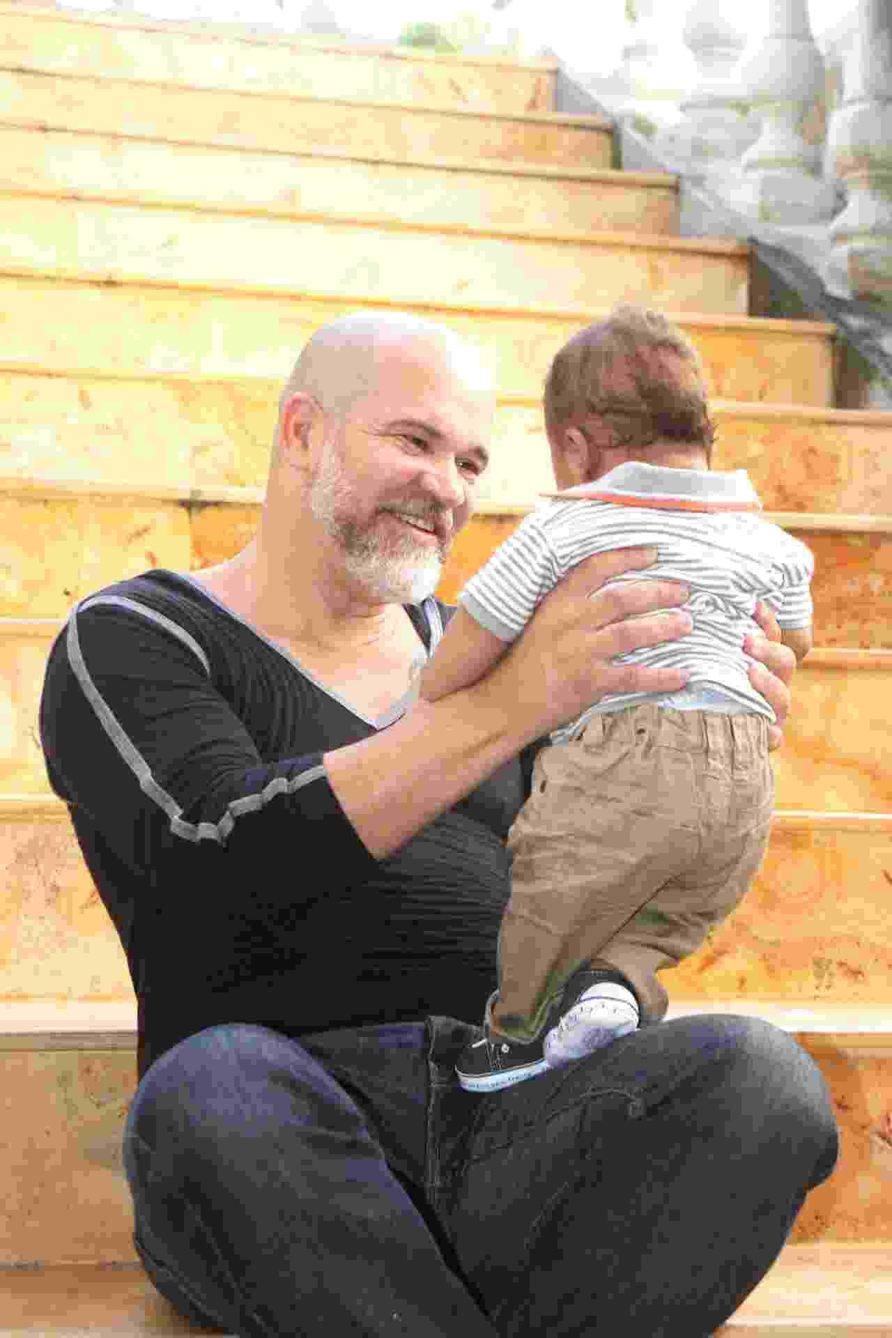 álbum com depoimentos de pais gays | Alemberg José de Santana, 48 anos, médico e pai de Saulo, 4 meses, de Ilhéus (BA) - Mary Melgaço/UOL