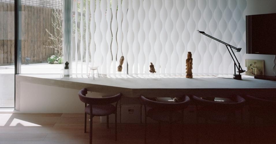 As persianas Silent Gliss podem ser automatizadas ou operadas manualmente. O equipamento destaca-se por seu design ondulado, em fibra metalizada (alumínio) reflexiva. As persinadas foram especificadas pelo arquiteto Tsuyoshi Ando para área social intergrada da Casa TN