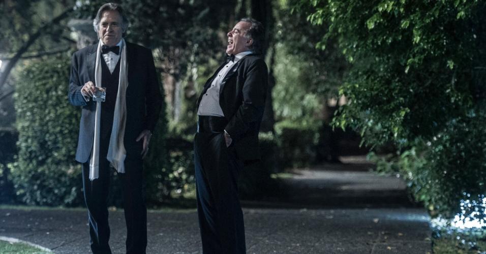 Carlos Braga (Tony Ramos) e Bernardo (José de Abreu) riem de uma brincadeira de Braga. A trama policial, que se passa em 24 horas, retrata três momentos: durante uma festa, no dia seguinte e em cenas de flashback