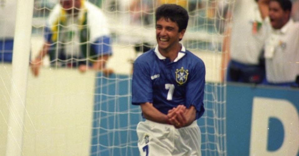 Em 94, Bebeto comemora o gol em homenagem ao filho Mattheus, nascido em 7 de julho. O Brasil venceu a Holanda por 3 a 2, em 9 de julho, no Cotton Bowl, em Dallas