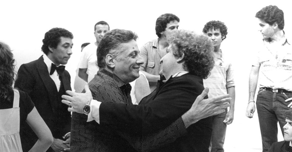 Max Nunes e Jô Soares se abraçam durante gravação da vinheta de Natal da Globo, em 1980