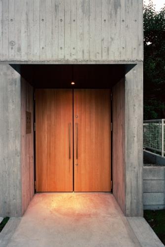 O arquiteto Tsuyoshi Ando escolheu o eucalipto para compor detalhes que aquecem os ambientes e a arquitetura externa, marcados pela sobriedade do concreto aparente. A porta de entrada (foto), os pisos e os lances de escadas são feitos de lenho. A Casa TN fica em Tóquio, Japão