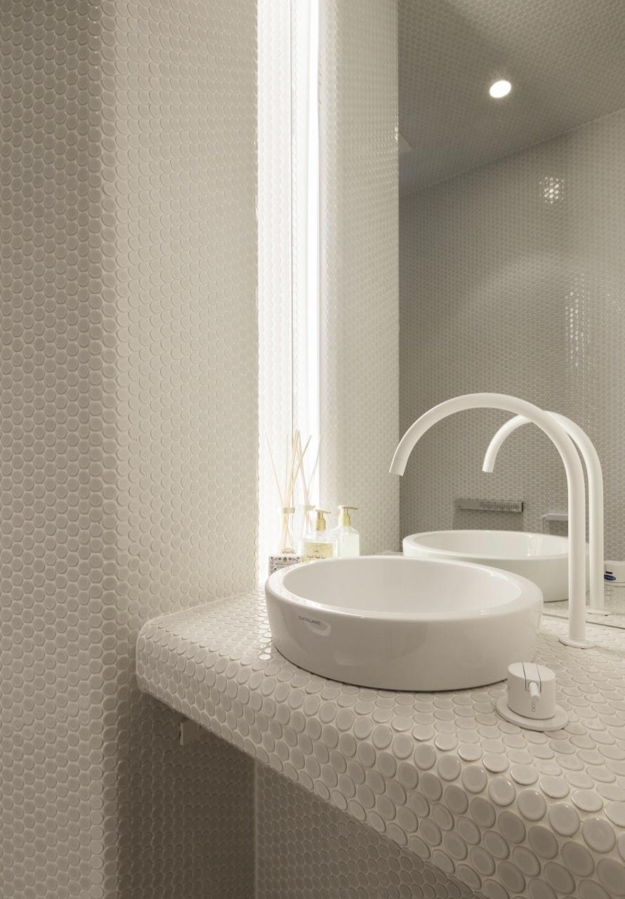 O banheiro do casal é completamente revestido por pastilhas de porcelana com diâmetro de 19 mm. As louças são da Catalano e arquitetura é assinada pelo japonês Tsuyoshi Ando. A Casa TN fica em Tóquio