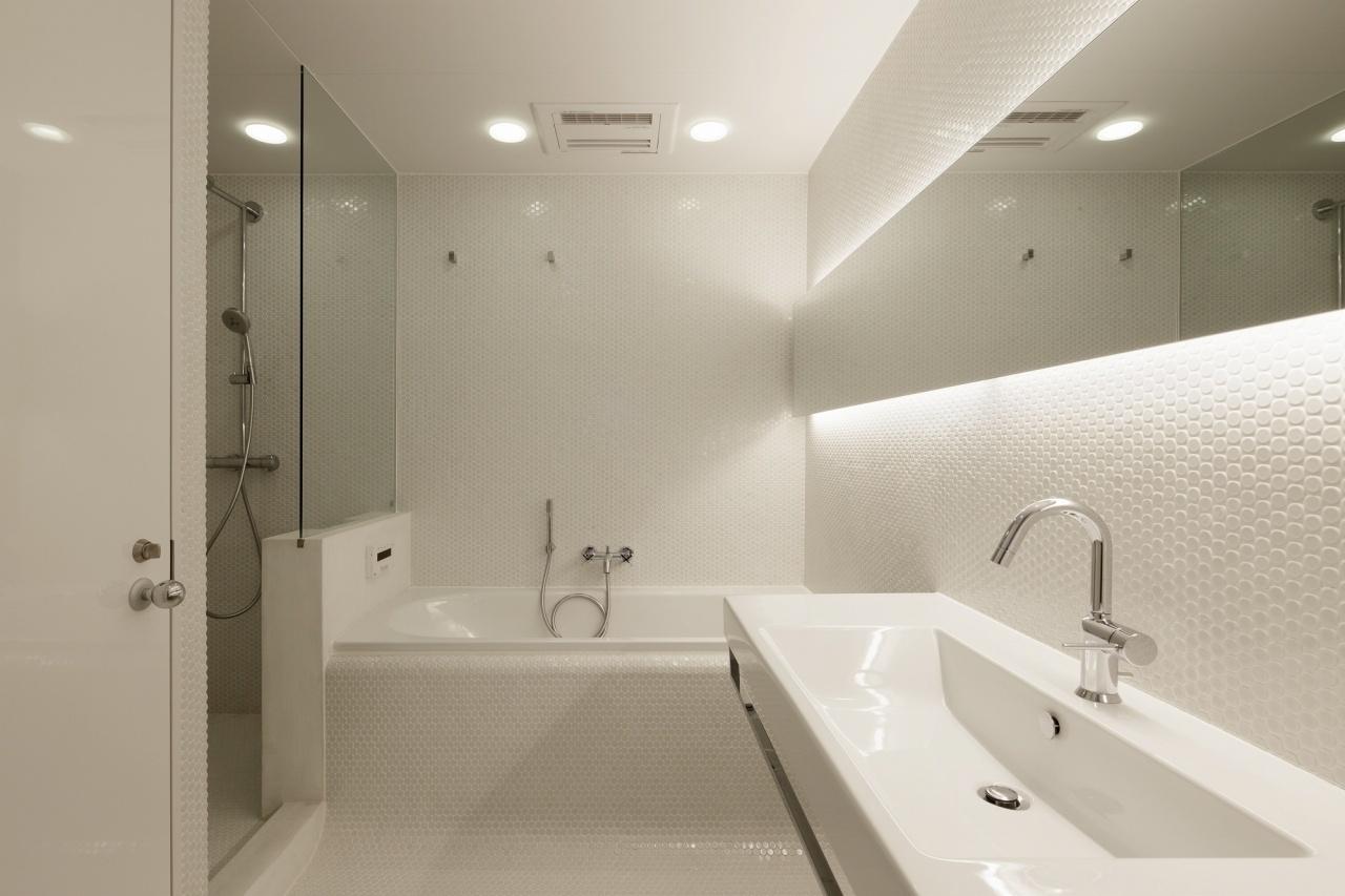 O banheiro do casal é completamente revestido por pastilhas de porcelana com diâmetro de 19 mm. O forro leva pintura mineral resistente à umidade. A banheira é a Classic Duo, com design do austríaco Ettore Sottsass, e as louças são da Catalano. Arquitetura é assinada pelo japonês Tsuyoshi Ando