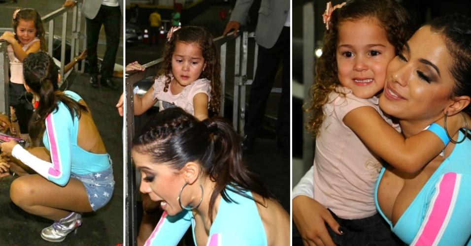 11.jun.2014 - Fã mirim chora por Anitta e ganha um abraço da cantora pop
