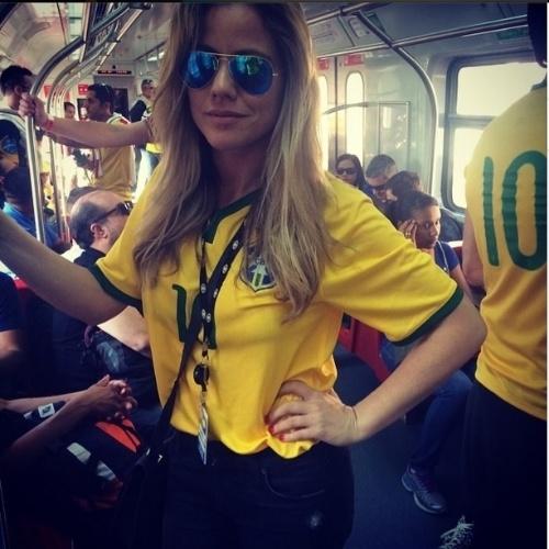 12.jun.2014 - A apresentadora Marina Mantega, filha do ministro da fazenda Guido Mantega, vai de trem para Arena Corinthians, onde acontecerá a abertura da Copa com jogo do Brasil e Croácia