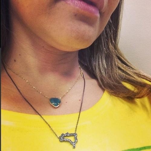 12.jun.2014 - A atriz Nívea Stelmann mostra colar com pingente em formato de mapa do Brasil