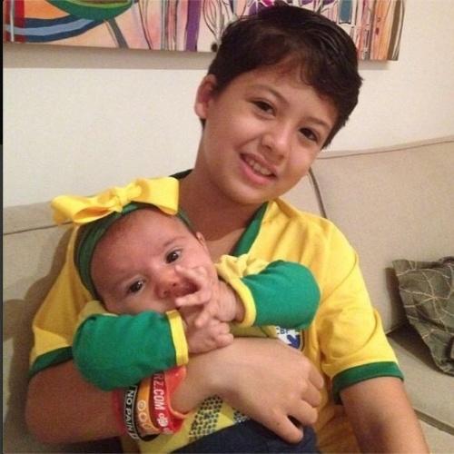 12.jun.2014 - A atriz Nívea Stelmann mostra foto dos filhos Miguel e Bruna com a camisa do Brasil