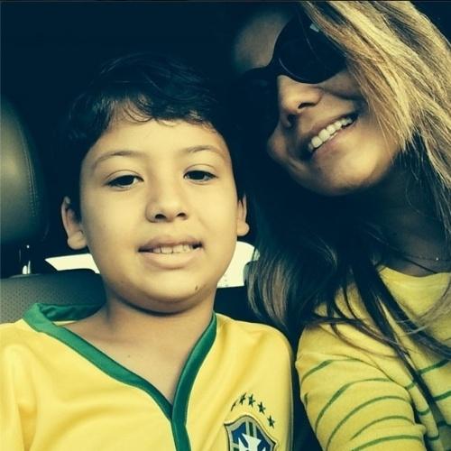12.jun.2014 - A atriz Nívea Stelmann mostra foto em que aparece com a camisa do Brasil ao lado do filho, Miguel