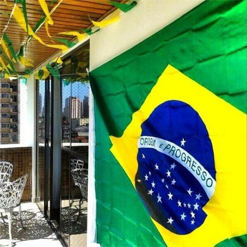 12.jun.2014 - A ex-BBB Kamilla Salgado mostra sua casa decorada para a estreia do Brasil na Copa