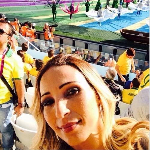 """12.jun.2014 - A funkeira Valesca Popozuda assiste a abertura da Copa na Arena Corinthians, em São Paulo, com Pitbull, Claudia Leitte e Jennifer Lopez. """"Ta lindo. Ta maravilhoso"""", elogiou a dançarina e cantora"""