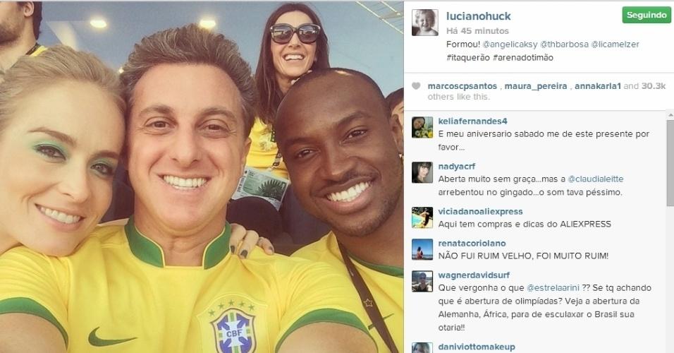 12.jun.2014 - Angélica, Luciano Huck e Thiaguinho fizeram uma foto selfie no Itaquerão enquanto aguardavam pela estreia do Brasil na Copa do Mundo