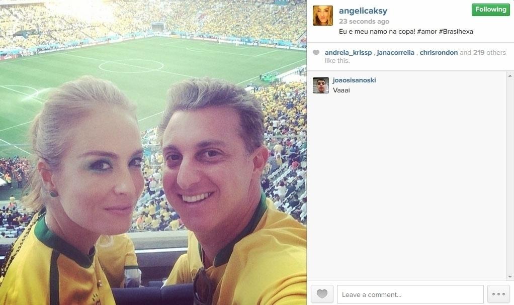 12.jun.2014 - Angélica postou foto com Luciano Huck, e aproveitou para celebrar o Dia dos Namorados no Itaquerão.