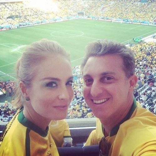 """12.jun.2014 - Angélica postou foto com Luciano Huck, e aproveitou para celebrar o Dia dos Namorados no Itaquerão.  """"Eu e meu namo na Copa! #amor #Brasilhexa"""", falou a apresentadora no Instagram"""