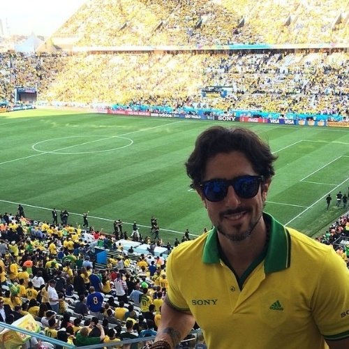 12.jun.2014 -  Apresentador Marcos Mion posa na Arena Corinthians e deseja sorte aos jogadores