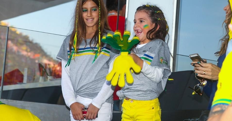 12.jun.2014 - As filhas do apresentador Rodrigo Faro e de Vera Viel, Clara e Maria, acompanham a partida entre Brasil e Croácia na Arena Corinthians em São Paulo