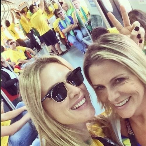 12.jun.2014 - Atriz Fiorella Mattheis e a mãe vão de trem para Arena Corinthians