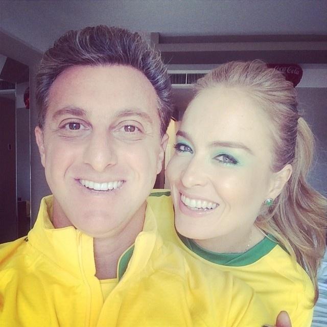 12.jun.2014 - Caracterizados com camisetas do Brasil, o casal de apresentadores Luciano Huck e Angélica se preparam para assistir a abertura da Copa do Mundo 2014 com jogo de Brasil e Croácia na Arena Corinthians em São Paulo