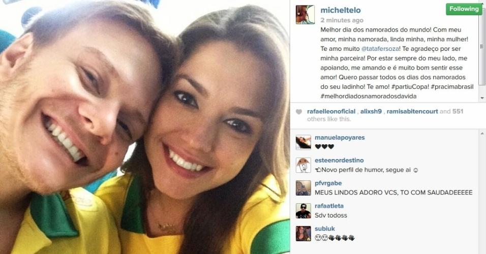 12.jun.2014 - Com camisetas do Brasil, Michel Teló faz homenagem para Thais Fersoza