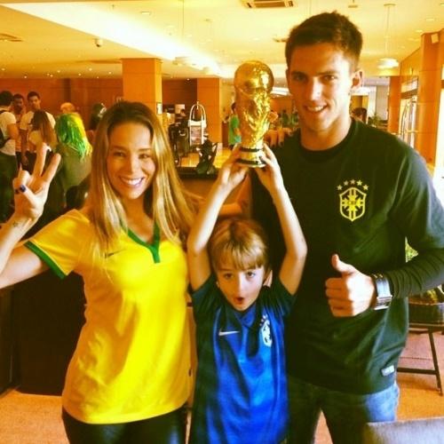 """12.jun.2014 - Danielle Winits, o namorado Amaury Nunes e o filho Noah já estão em clima de Copa: """"A primeira copa juntos a gente nunca esquece"""""""