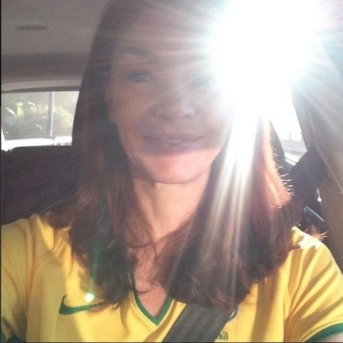 """12.jun.2014 - Júlia Lemmertz, a Helena de """"Em Família"""", se veste com a camiseta do Brasil no dia da estreia da selecão na Copa"""