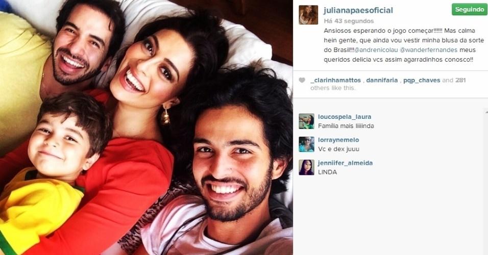 12.jun.2014 - Juliana Paes faz selfie abraçada ao filho, Antônio, momentos antes da abertura da Copa do Mundo.