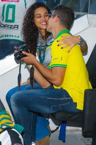 12.jun.2014 - Na Arena Corinthians em São Paulo, Débora Nascimento e José Loreto trocam carícias