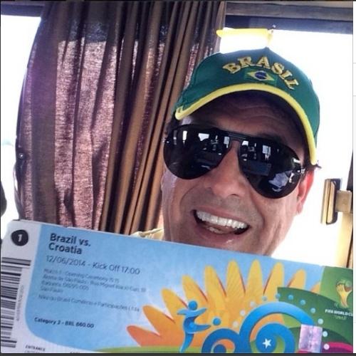 12.jun.2014 - O apresentador e humorista Sérgio Mallandro se prepara para assistir a abertura da Copa do Mundo 2014 com jogo de Brasil e Croácia na Arena Corinthians em São Paulo