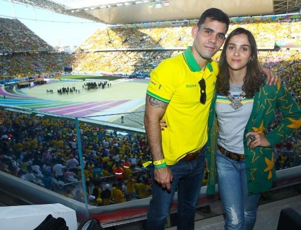 12.jun.2014 - O ator Juliano Cazarré e a mulher Letícia Cazarré acompanham a abertura da Copa do Mundo na Arena Corinthians em São Paulo