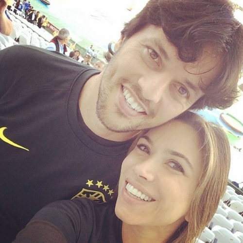 12.jun.2014 - Patrícia Abravanel faz selfie com o namorado, o deputado Fabio Faria, na Arena Corinthians